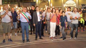 """""""Giustizia per Denis"""". Le fiaccole della solidarietà illuminano Tortoreto"""