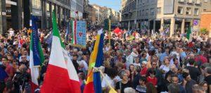 """""""Europa senza muri"""". A Milano migliaia di cittadini in piazza per dire no ai progetti di Salvini e Orban"""