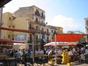 Uno sportello migranti Sans-Papiers nel quartiere Ballarò di Palermo