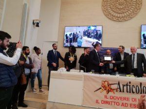 """Padre Occhetta: """"non usare parole come pietre"""". Premio Articolo21 a Angelo Chiorazzo per accoglienza."""