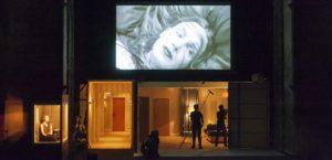 """Teatro. """"La maladie de la mort"""": Duras, Mitchell e il vuoto d'amore sulla scena"""