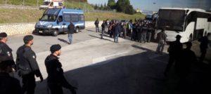 In migliaia alla manifestazione antirazzista a Roma. Pullman bloccati per ore dalla polizia ai caselli autostradali