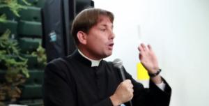 Don Antonio Coluccia, il prete operaio che cita la Costituzione, scomodo alla mafia, ai vescovi, ai politici