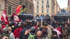 Polizia carica corteo antifascista a Genova, giornalista di Repubblica picchiato da agenti