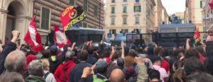 Genova antifascista in piazza. Le cariche della polizia. Le botte al cronista di Repubblica. Non si vedeva una scena del genere dal G8 del 2001