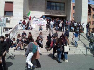 Mimmo Lucano a La Sapienza, la sua lezione diventa un evento antifascista. Gli studenti cantano Bella ciao