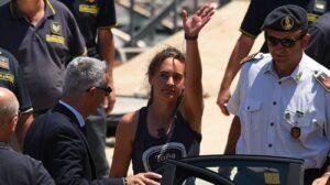 L'avvocato di Carola: basta insulti e bugie, ora querela contro Salvini