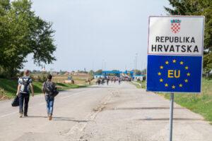 """Croazia: respingimenti al confine con """"un po' di forza"""""""