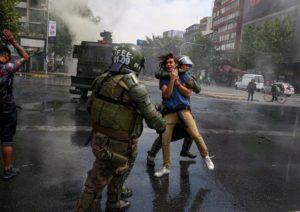 Si infiamma la protesta in Cile, dichiarato lo stato d'emergenza per la prima volta da Pinochet