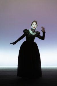 La danza iterativa del corpo/voce. Isabelle Huppert alla Pergola di Firenze in 'Mary said what she said', regia di Robert Wilson