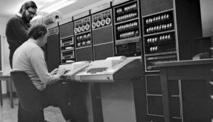 """Internet, una rivoluzione lunga 50 anni.Il 29 ottobre 1969 vengono collegati i primi due computer della rete Arpanet che oggi tutti conosciamo come la """"nonna"""" di Internet"""