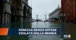 Dramma Venezia, l'acqua alta domina il prime time. Mose: dubbi e polemiche. L'analisi dei Tg