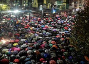 Per Liliana Segre e Piero Scaramucci.Migliaia a Milano nonostante la pioggia