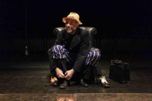 Il sogno di un uomo ridicolo di Fëdor Dostoevskij si dipana sul palcoscenico del Teatro Out Off di Milano
