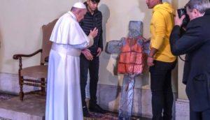 Il più bel presepe è la croce con il salvagente di un migrante affogato