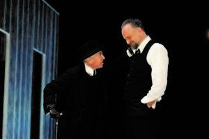 Le ragioni della grettezza. 'Un nemico del popolo', con Maria Paiato e Massimo Popolizio, al Teatro Argentina di Roma