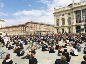 Per illuminare una piazza, servono le parole giuste. #Blacklivesmatter Torino. Esperance Ripanti: «Facciamo folla, facciamo luce»