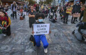 Solidali e antirazzisti non solo per un giorno. La manifestazione di Milano per BlackLivesMatter