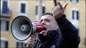 L'allergia di Giuliano Castellino per la libertà di stampa. Il leader di Forza Nuova continua ad aggredire i giornalisti