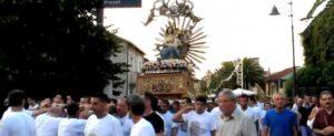 """La distorta spiritualità degli """"inchini"""" delle statue di Maria davanti alle case dei boss"""