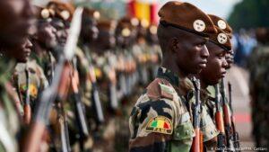 Mali, colpo di stato per aiutare la democrazia. Ma nessuno ci crede