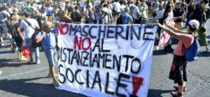 A Roma la manifestazione dei negazionisti, a braccetto con la destra estrema