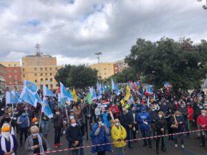 I braccianti in piazza a Latina per rivendicare diritti e portare la legalità nella filiera dell'agricoltura