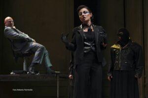 Il grottesco che c'è in Euripide. Baccanti al Teatro Stabile di Catania, regia di Laura Sicignano