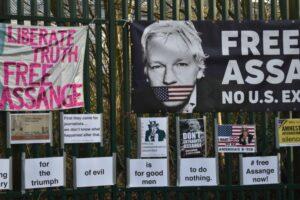 """4 gennaio. La sentenza sul caso Assange. Il padre: """"i diritti umani inderogabili non possono essere mai negati"""""""