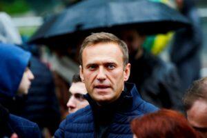 """Russia, peggiorano le condizioni di Navalny, mentre i giornalisti continuano le """"trasmissioni silenziose"""""""