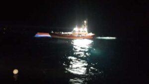 Lampedusa, barcone migranti si ribalta durante soccorsi