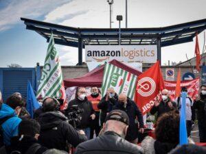 """Il primo sciopero dei lavoratori Amazon sfiora il 75% """"Rispetto per la nostra dignità"""""""