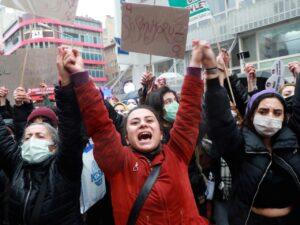 In Turchia tre femminicidi al giorno. Da Erdogan attacco alle donne