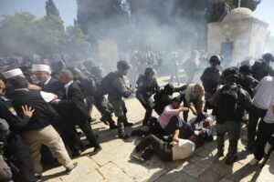 Gerusalemme, assalto in una moschea. Sì riaccende il conflitto israelo-palestinese