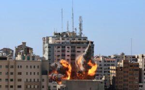 Gaza, attacco alla stampa. Colpite sedi di Al Jazeera e Ap da raid israeliano