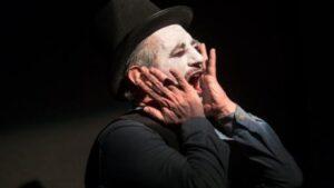 Munch. Autoritratto su carne – Corrado Accordino diventa poesia dello smarrimento sul palco dell'Elfo Puccini
