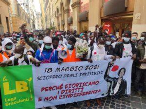 """La protesta dei braccianti """"invisibili"""" che ora chiedono diritti"""