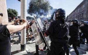 Aggredirono giornalisti e poliziotti al Circo Massimo, dieci Daspo a 'Irriducibili' della Lazio