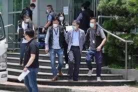 Hong Kong, blitz della polizia nella redazione del giornale pro democrazia. Un giornalista trasmette le immagini