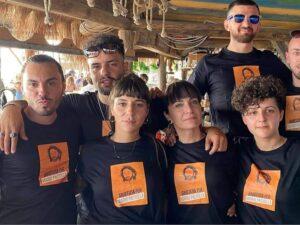 """Lo staff di un lido di Castel Volturno indossa le magliette che chiedono """"giustizia per Mario Paciolla"""""""