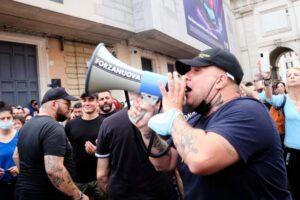 La battaglia violenta dei no vax. Bastoni e striscioni a casa del leader di Forza Nuova, Giuliano Castellino