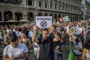 """Proteste 'no green pass', insulti e minacce ai giornalisti. Fnsi: """"Individuare e punire i responsabili"""""""