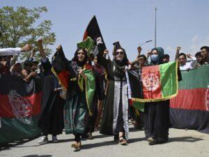Le donne protestanosfidando i fucili talebani