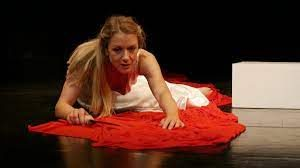 La passione incestuosa di Fedra, protagonista ribelle del suo tragico destino, incendia il palco e gli animi degli spettatori al SummerFest di Catania