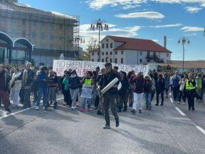 Corteo no green pass a Trieste, aggredita troupe della Rai