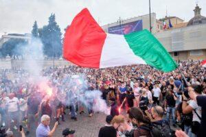 """Scontri al corteo No pass a Roma. Cgil occupata, idranti sulla folla. Le reazioni: """"Quanto accaduto è inaccettabile"""""""